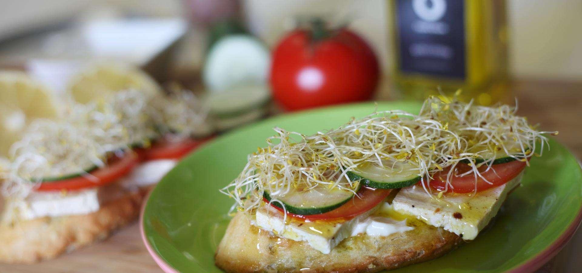 Toast au tofu et crudites