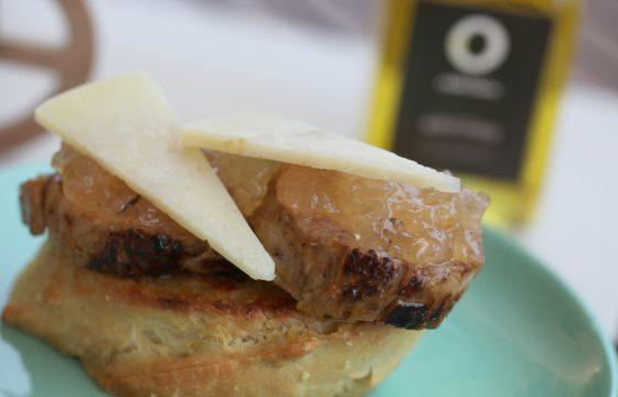 Tartine de filet mignon à l´oignon caramélizé et au fromage