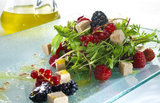 Salade au foie mi-cuit et aux fruits des bois