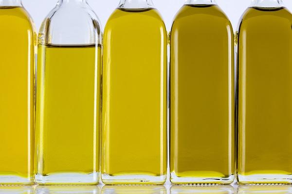 Bouteilles d'huile d'olive dans une rangée et différentes nuances